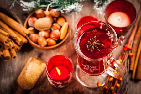 vin chaud: Hot punch vin avec des ingr�dients pour l'hiver et de No�l Banque d'images