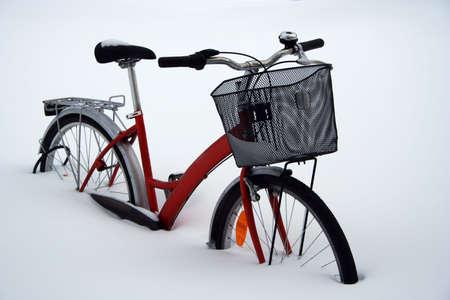 deep freeze: Una bicicleta atrapados en la nieve profunda