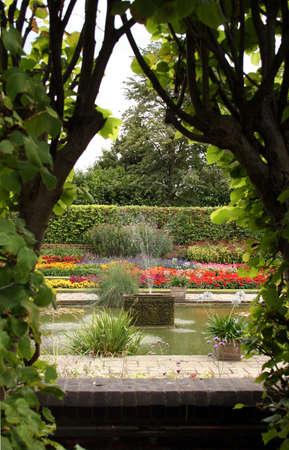 bassin jardin: Les jardins de Kensington Palace  Banque d'images
