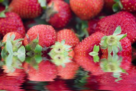 strawberrys surrounded by water, water reflection Stock Photo - 1016262