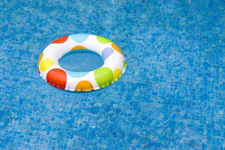 schwimmring: aufblasbare am Pool