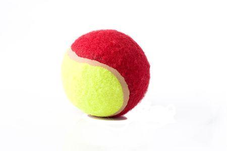 aislado amarillo y rojo pelota de tenis