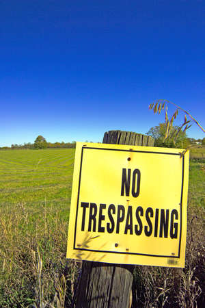 prohibido el paso: A 'NO TRESPASSING �signo frentes de las tierras agr�colas en el oto�o de este pa�s paisaje. (C�mara de 14MP)