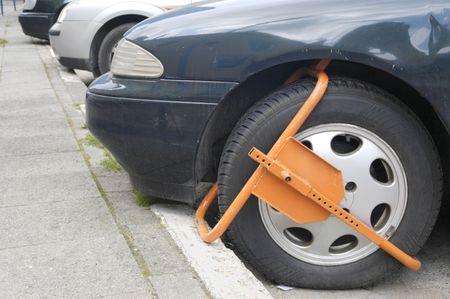 area restringida: Sujetos al suelo la rueda delantera en zona restringida  Foto de archivo