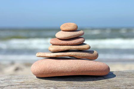 unequal: Pebble pir�mide, piedras en equilibrio entre s�  Foto de archivo