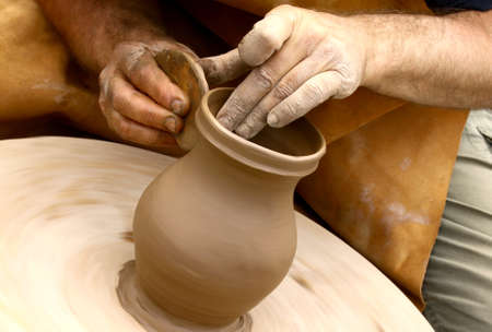 alfarero: Primer plano de ceramistas manos haciendo jarro de barro Foto de archivo