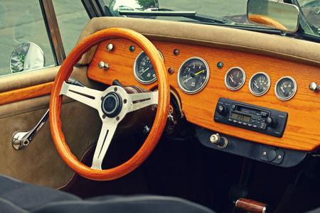 coche antiguo: Interior de madera del antiguo coche de lujo. Retro sienten efecto fotogr�fico Foto de archivo