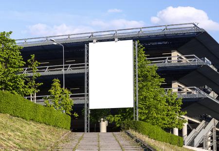 voiture parking: Panneau d'affichage vierge verticale devant parking de voiture