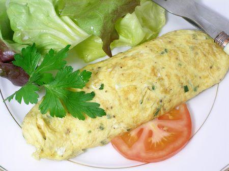 cebollin: Envuelto tortilla rellena con cebollino picado, servido con hojas de lechuga roja
