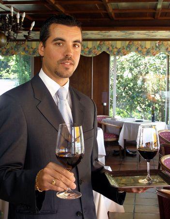 mesero: Hasta clase mayordomo est� sirviendo vino