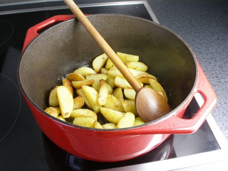 oven potatoes: Sauteed potatoes in a dutch oven