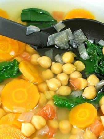 garbanzos: A yummy sopa de verduras con garbanzos  Foto de archivo
