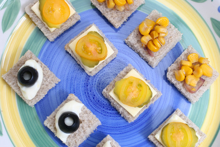 alcaparras: Frutas y hortalizas canapés en una placa de cerámica blanca  Foto de archivo