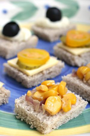 alcaparras: Frutas y hortalizas canaps en una placa de cerámica blanca