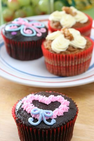 splurge: Fancy carrot and chocolate cupcakes with icing design on top