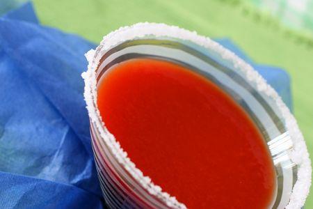 rimmed: El zumo de tomate con salsa Worchester y especias servido en un vaso de sal rimmed