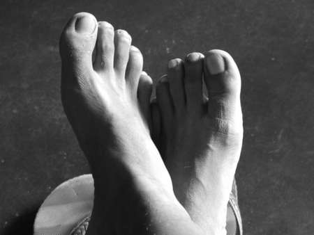 pies masculinos: Cierre de fotograf�a de un hombre de los pies