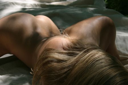 sauna nackt: Slim, schlanke, blonde junge Frau im Freien im nat�rlichen Sonnenlicht, Vertr�ge f�r die Schaffung einige deutliche Licht und Schatten. Ein Modell ist auf Freigabe-Datei f�r dieses schie�en, aber nicht hochgeladen mit diesem Bild, da das Modell das Gesicht ist nicht in Sicht.