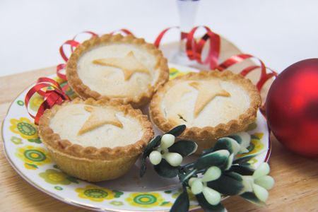 mince: Mince pies for Christmas, with a cross baked into the top of each,with mistletoe Stock Photo