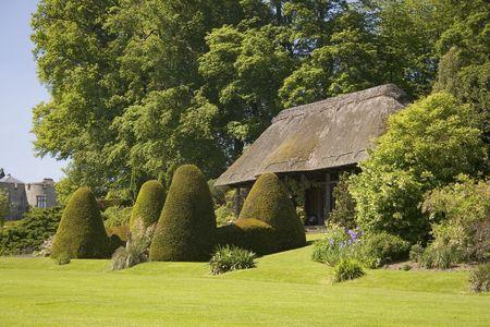 tuinhuis: Een wilde zomerhuis in een prachtige tuin