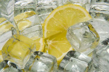 lemon slices: Cubetti di ghiaccio e fette di limone