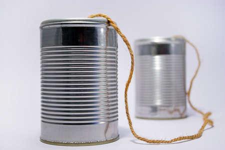 tin cans: Een telefoon gemaakt van blikjes