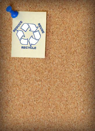 reduce reutiliza recicla: reducir reutilizar reciclar en nota viraron a corkboard - habitaci�n para copyspace Foto de archivo