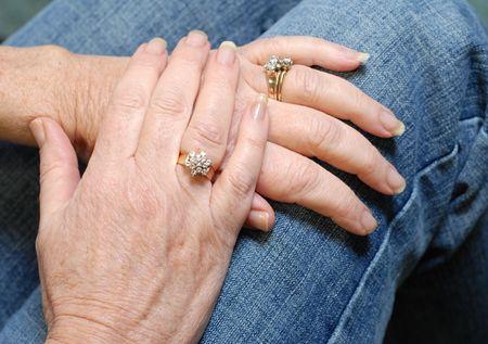 reassurance: anillos de diamantes en manos de personas de la tercera edad se cas� Foto de archivo