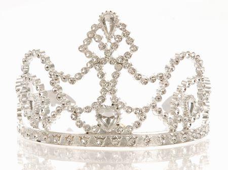 queen diamonds: corona o diadema isolato su uno sfondo bianco con la riflessione Archivio Fotografico