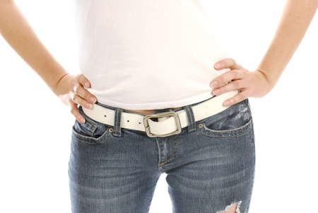 tight jeans: femme portant des jeans et t-shirt avec les mains sur les hanches  Banque d'images