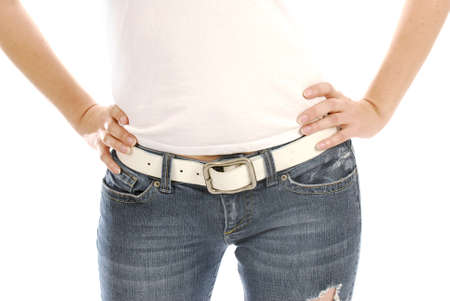 jeans apretados: mujer con pantalones vaqueros y camiseta con las manos en las caderas  Foto de archivo