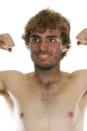 hombre sucio: sucio hombre - hombre sucio dif�cil joven que hace los pu�os sobre fondo blanco Foto de archivo