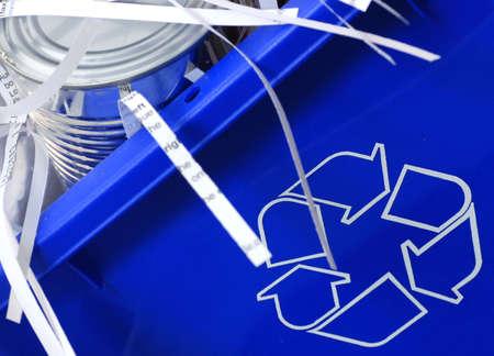 papelera de reciclaje: papelera de reciclaje llena de lata y el papel desmenuzado  Foto de archivo