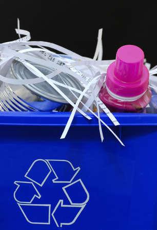 reciclable: azul reciclado bin lleno de cosas reciclables - botellas, papel picado y latas
