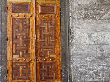 door bolt: Antigua puerta azul mezquita complejo Turqu�a de Estambul.