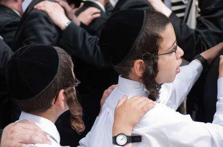 ni�os bailando: Ni�os religiosos jud�os bailando en Jerusal�n en octubre para vacaciones de Succot