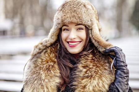 gronostaj: Kobieta w zimnie sobie prawdziwe futro modne ubrania