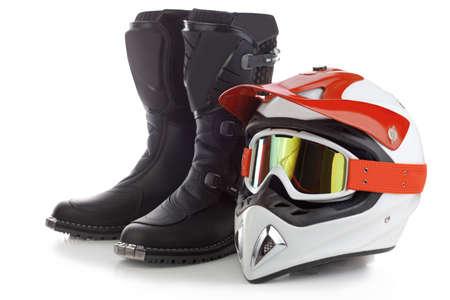 casco moto: Botas de motocross y casco de protección para conductores de motocicletas aislado en blanco