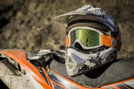 casco moto: Dirty casco de la motocicleta de motocross con gafas
