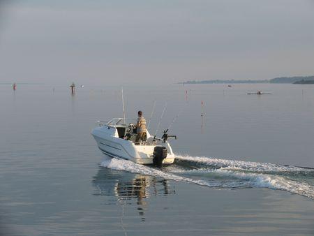 going out: Barca pesca uscire una bella serata estiva. Archivio Fotografico
