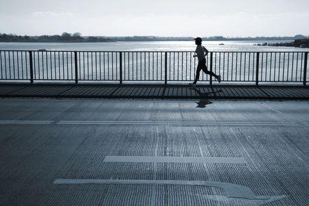 female jogger: Mujeres corredor que pasa un puente. Motion blur. Foto de archivo