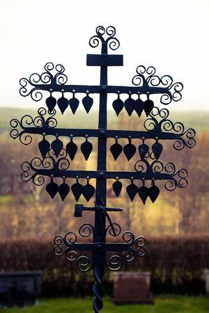 Cruces de hierro forjado de canto hechas de herreros locales. Esos cruces adornan las tumbas del cementerio de Eskharads, Suecia. Cruz se procesan para dar un aspecto retro.  Foto de archivo - 7258458