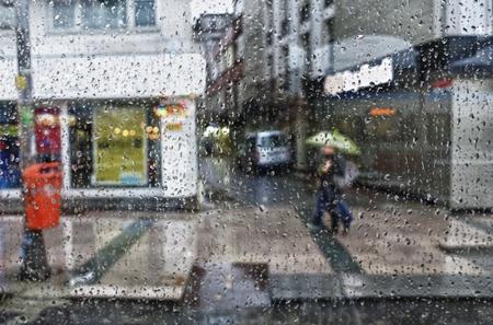 lloviendo: Escena de la calle se ve desde un coche aparcado durante una ducha de lluvia. Foto de archivo