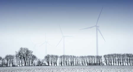 MOLINOS DE VIENTO: Molinos de viento en el paisaje de invierno Foto de archivo