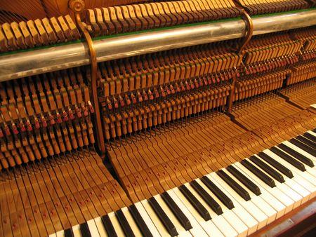 tocando piano: Old piano est�n reparando y guarnecidos.