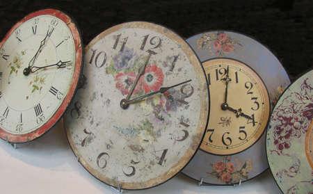 orologi antichi: Orologi antichi visto attraverso una vetrina francese.