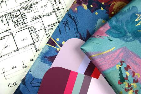 complemento: Las muestras del dise�o interior de las telas de la pintura y de la cortina con la casa planean el modelo en fondo
