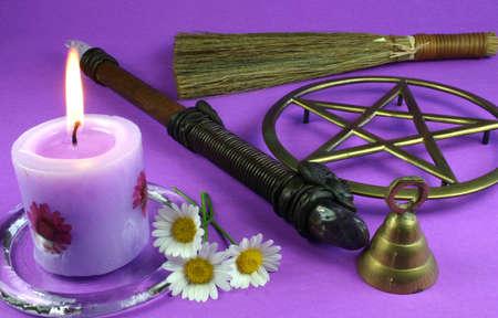 psiquico: Velas, flores, tubo, campana, pentacle y besom  Foto de archivo