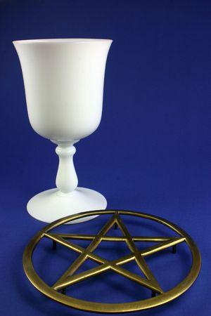 pentacle: Cup e pentacle su sfondo blu,  Archivio Fotografico