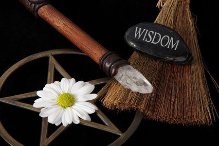 pentacle: da vicino gli oggetti di Wiccan - ottone pentacle bacchetta di cristallo e fiori Archivio Fotografico